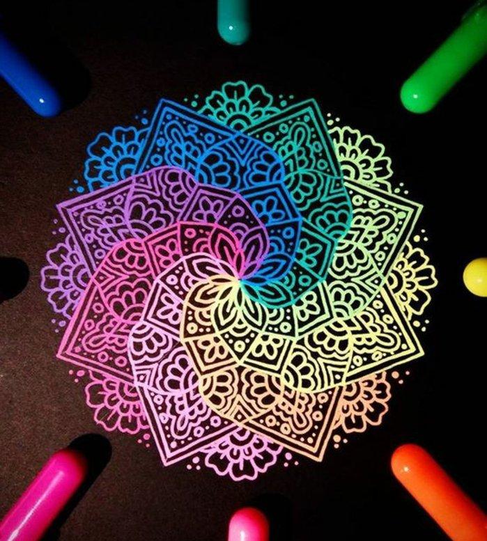 Mandalas mit ineinander verlaufenden Neonfarben, schwarzer Hintergrund, schwarzes Papier