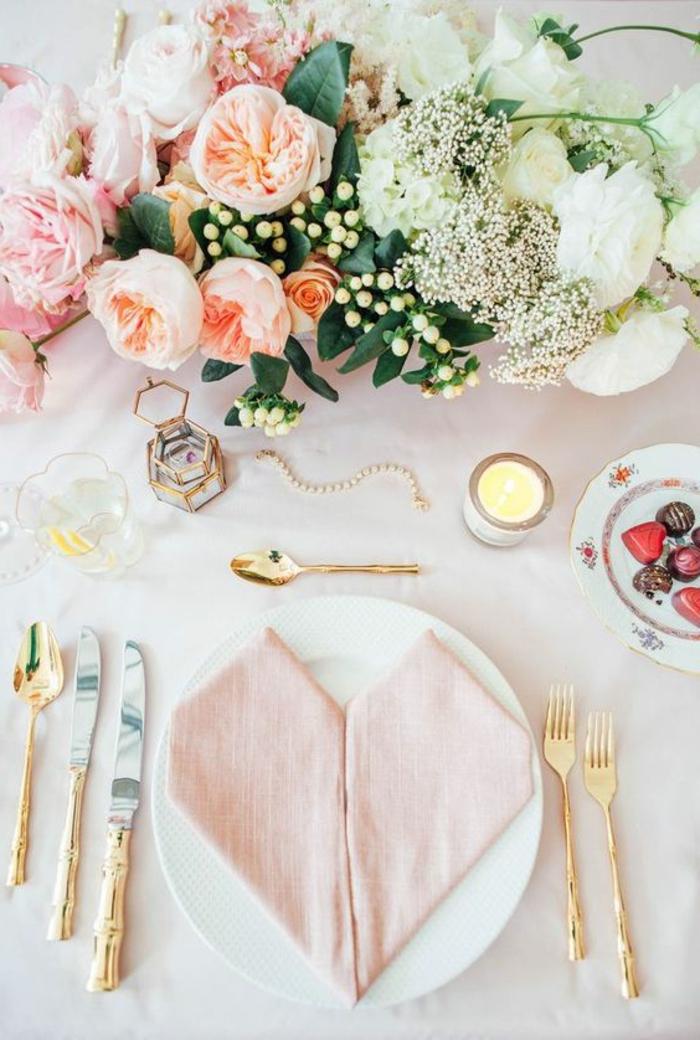 tischdeko selber machen, goldenes besteck, teelichthalter, blumen, serviette in form von herzen