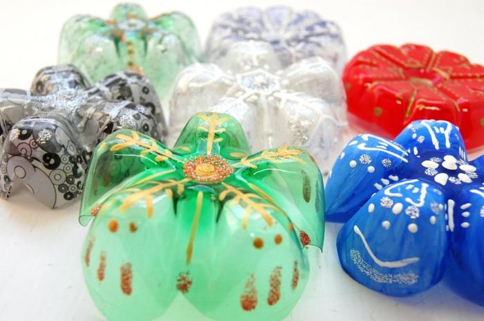 basteln mit plastikflaschen, weihnachtsdeko aus plastik, schneeflocken