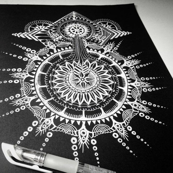 mit weißer Farbe auf schwarzem Hintergrund malen, mit Stiften malen, Strahlen aus Punkten malen