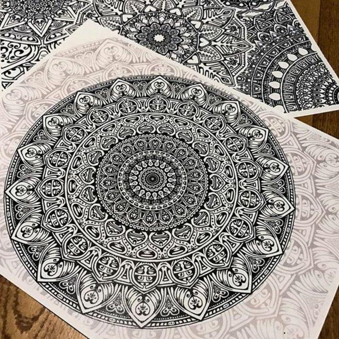 sehr detailreiche Mandala-Zeichnungen, gemalt von professionellen Künstlern, Schablone zum Ausmalen
