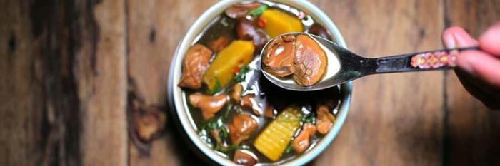 Phytonährstoffen, gesunde Ernährung, gesundes Essen, Pilzensuppe mit Mais, Kartoffeln und Möhren