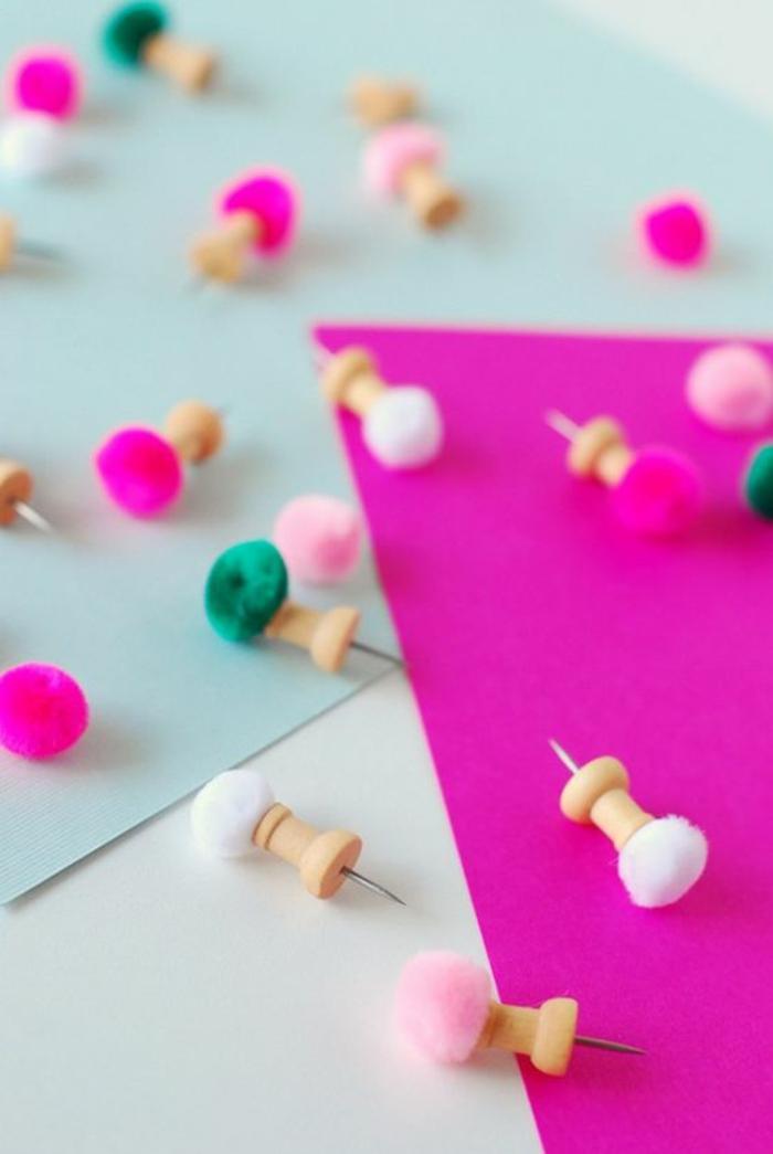 pinnwand selber machen, markiernadeln mit quasten dekorieren, organisationsnadeln
