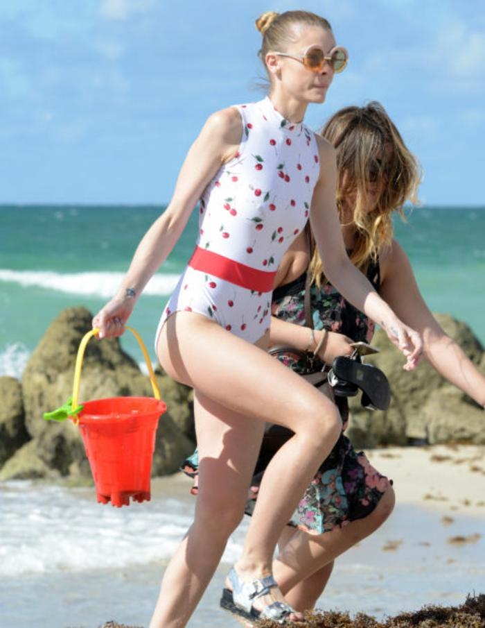 Strandoutfit Jaime King, Scwimmanzug-Einzelstück im vintagen Stil, roter Gürtel, silberne Sandalen
