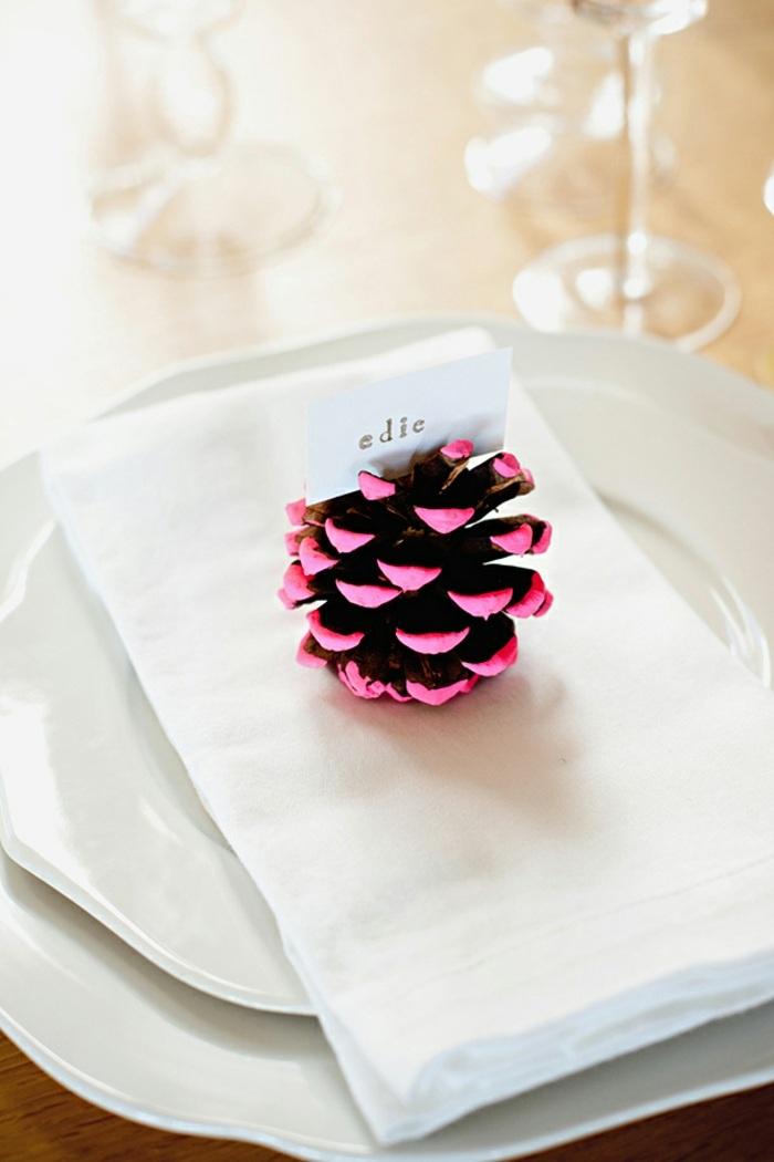 tischdeko selber machen, diy tischname aus tannenzapfen dekoriert mit rosa farbe