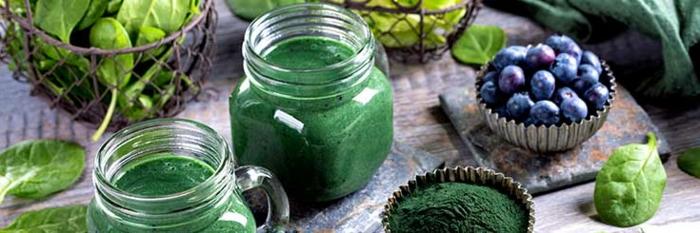 gesunde Ernährung, Vitamin-B-Einnahme, grüne Smoothies, Blaubeeren, Beeren, Spinat