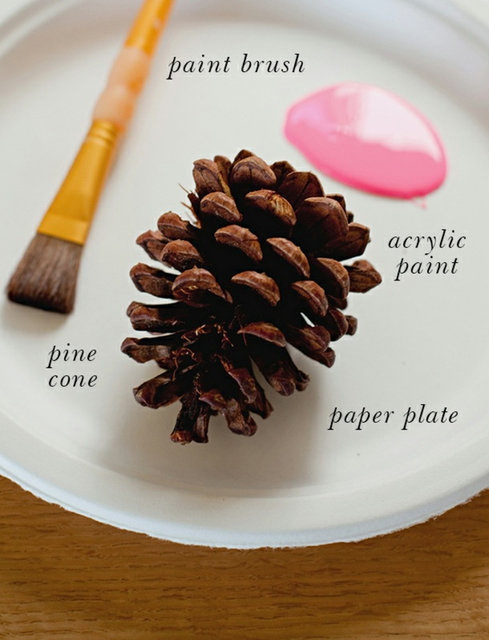 tischdeko selber machen, tischname aus tannenzapfen , rosa farbe, farbpinsel