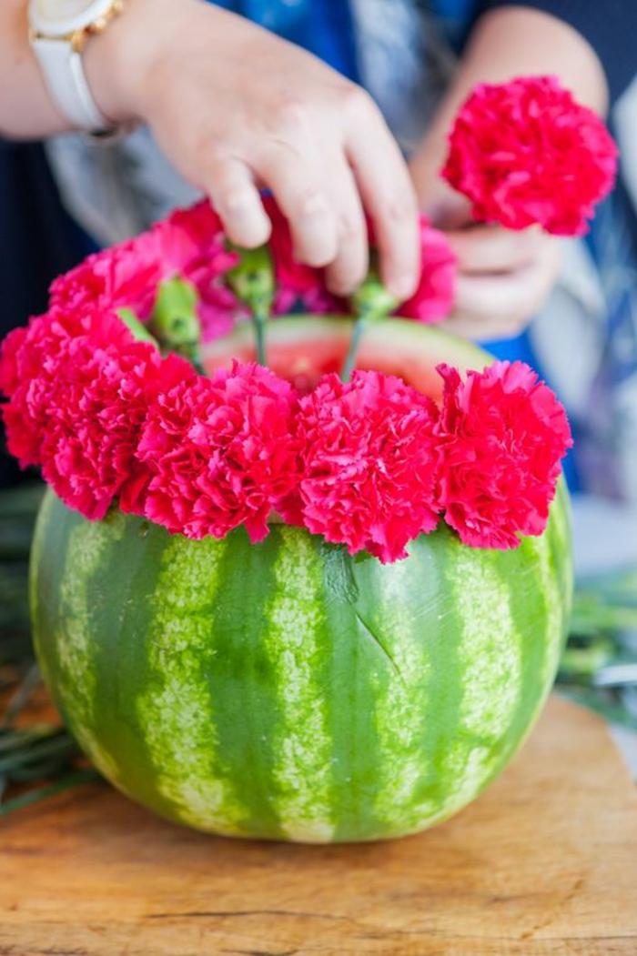 gartentisch dekorieren, vase aus wassermelone mit rosa blumen