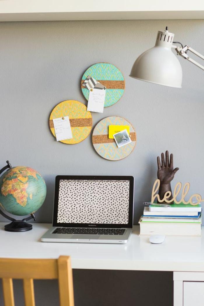 arbeitsizimmer, laptop, lampe, globus, bücher, schreibtisch
