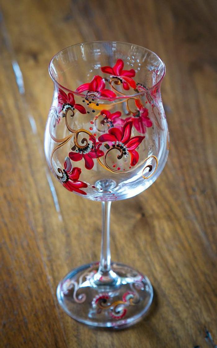weinglas deko, glas mit farbe verzieren, rote blumen, glasdeko