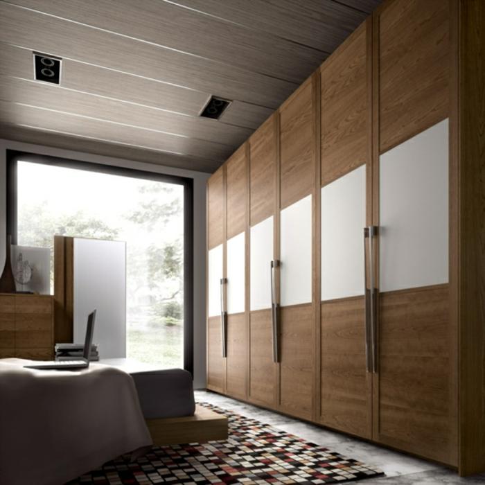 große Wandgarderobe aus Holz weiß Holz Decke und Teppich mozaik Optik