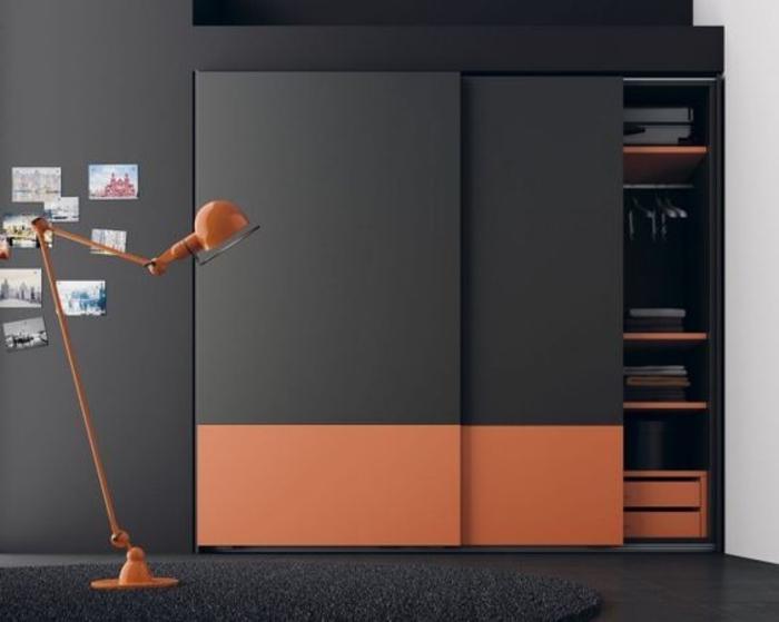 dunkle und starke Farben eingebaute Wandgarderobe moderne Stehlampe