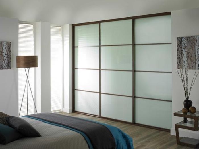 Kleiderschrank Ideen eingebaute Wandgarderobe moderne Stehlampe Schlafzimmer gestalten
