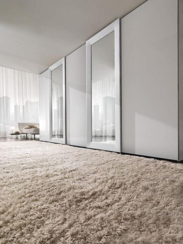Kleiderschrank Ideen Schiebetür mit Spiegelglas weicher beiger Teppich