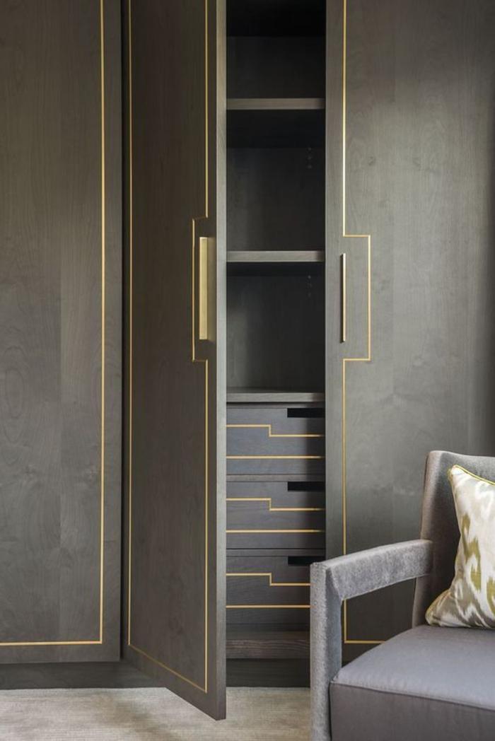 greue Wandgarderobe klassisch Kleiderschrank Ideen mit goldenen kanten