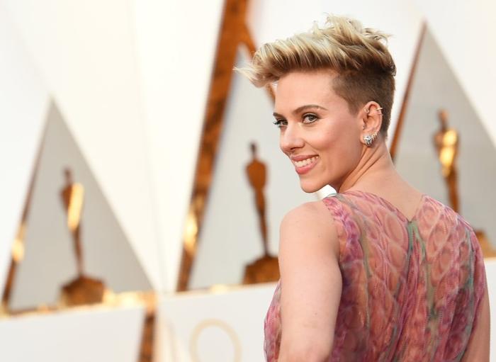Scarlett Johansson, moderne Kurzhaarfrisuren, rasierte Seiten, blonde Haare, attraktiver Look