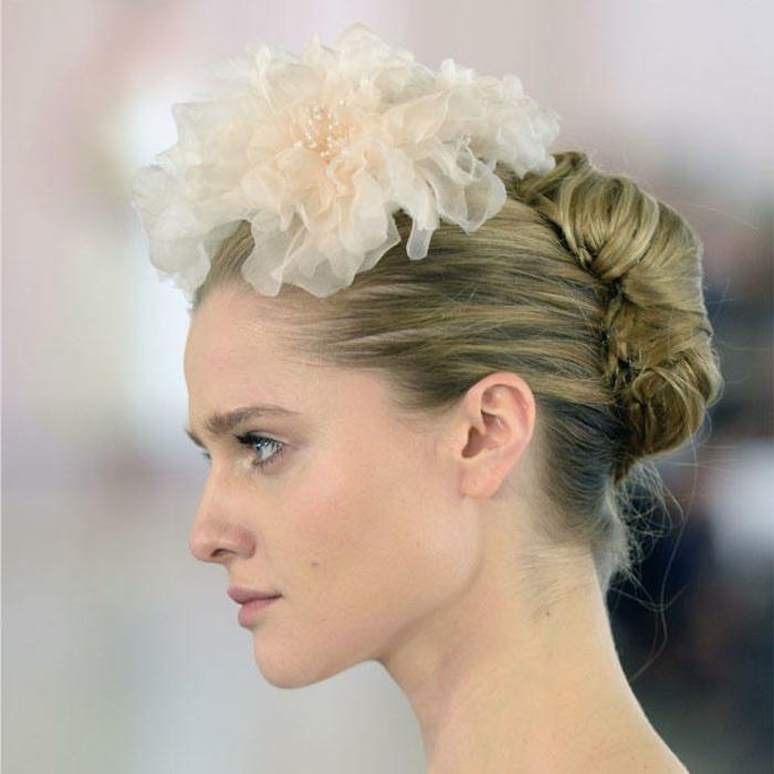 Frisuren für besondere Anlässe, Frau mit naturblonden Haaren, Hochsteckfrisur mit Haarschmuck aus Tüll
