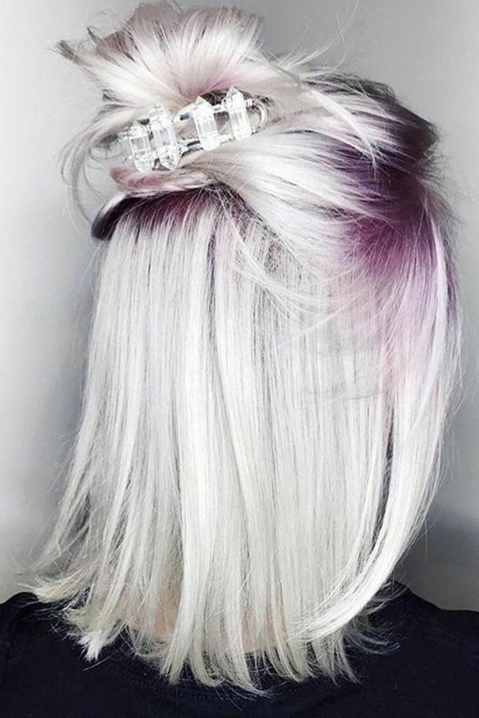 Party Hairstyle für mittellange glatte Haare, blondierte Haare mit pinken Strähnen, Dutt mit Schmuck festhalten