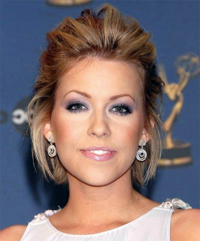 eine berühmte Person, Frau mit mittellangen Haaren, Steckfrisur mit der Hälfte der Haare, viel Volumen