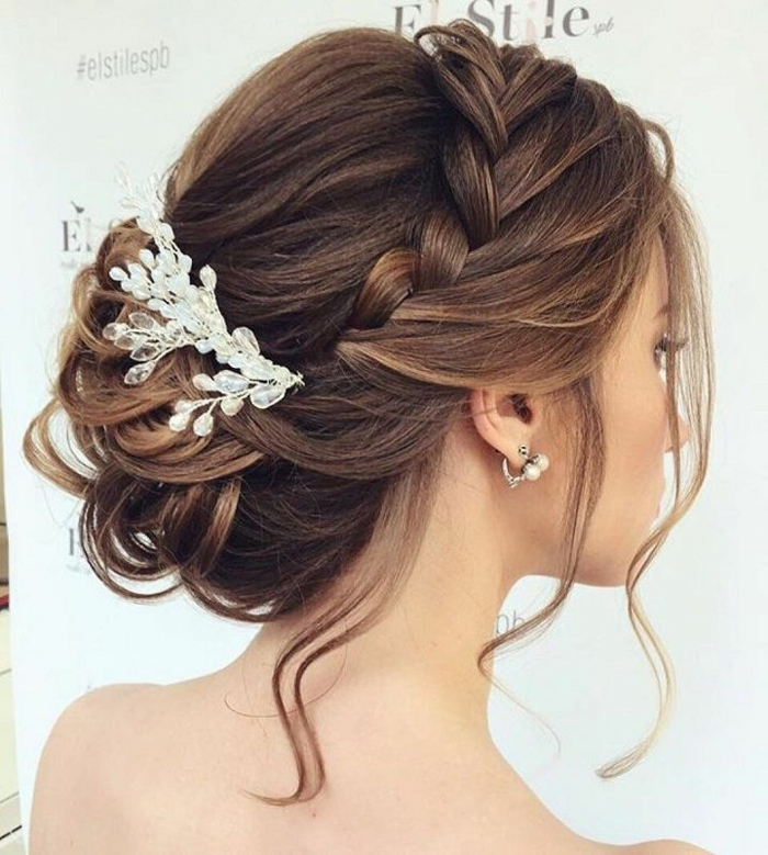 Hochsteckfrisur mit Seitenzopf und einem eleganten Perlenhaarschmuck, lässige Dutt-Frisur für mittellange Haare