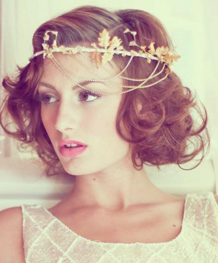junge Dame mit mittellangen Haaren mit großen Locken, Diadem mit Ketten, Haarschmuck-Kranz