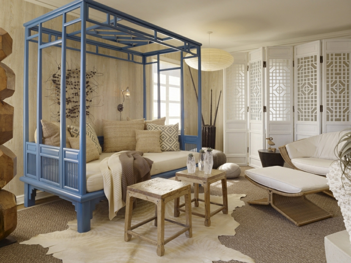 orient möbel deko füde das moderne landhaus hölzerne hocker pelzteppiche gitterförmiger raumteiler kissen beduinenstil