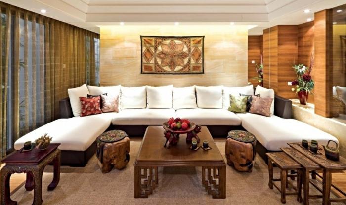orient möbel riesengroßes sofa mit vielen kissen weiße kissen bunte kissen hölzerne dekoationen holztisch