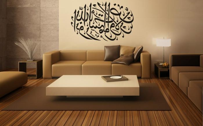 orient möbel beiges sofa braune glänzende kissen tisch in weißer farbe wanddeko aufschrift auf arabisch arabische kunst