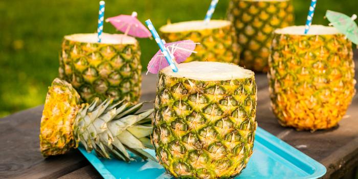 Alokoholfreie Cocktails mit Ananassaft, attraktive und erfrischende Sommergetränke