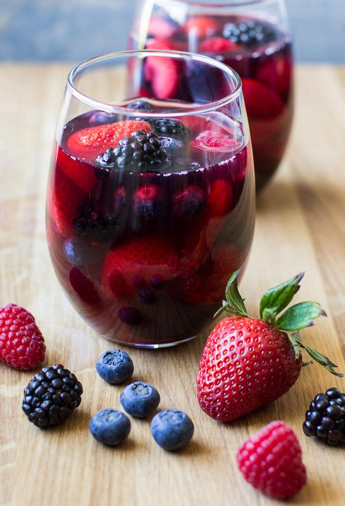 Alkoholfreie Cocktails mit Him-,Erd-,Blau und Brombeeren, süße Sommergetränke