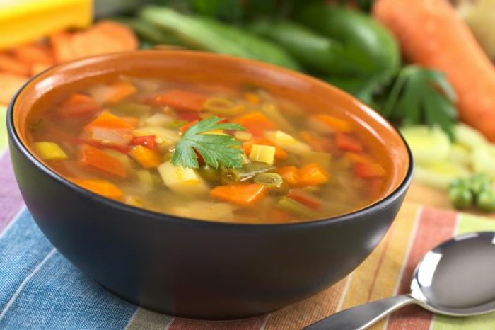 gemüsesuppe selber zubereiten petersilie frisch als deko verwenden karotten kartoffel löffel tisch tischdecke