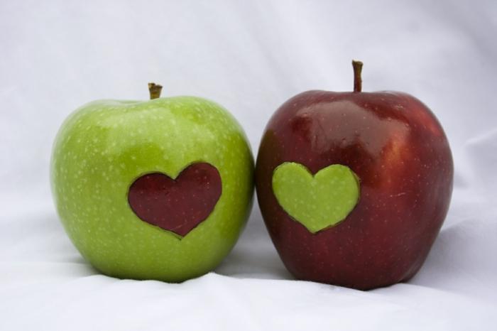 appetit zügeln apfel helfen damit grüner apfel und roter apfel herz dekoration deko für das essen gesunde ernährung