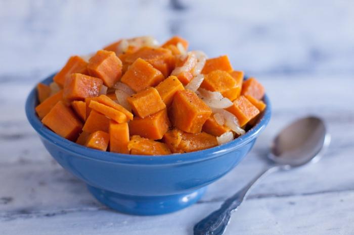 appetitzügler ideen nahrungsmittel die den hunger bremsen sü´kartoffeln in schüssel und löffel auf dem tisch