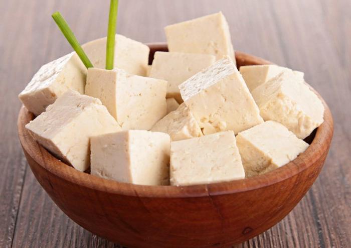 tofu rezepte tofu gerichte tofu in schüssel servieren deko aus grünen blättern soja rezepte soja käse