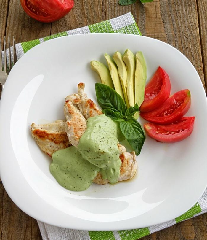 avocadosoße mit schmorhähnchen leckere speisen mit avocado tomaten basilikum avocadofrucht teller grüne soße