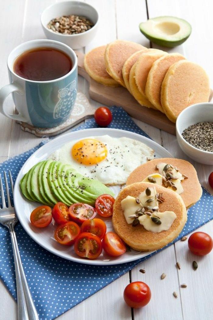 avocado rezepte avocado zum frühstück leckere idee spiegelei cherrytomaten pfankuchen käse nüsse grüntee kaffee
