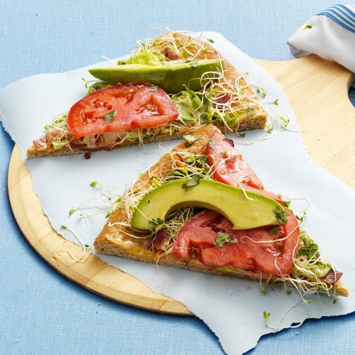 avocado rezepte pizza mit blumenkohl blätterteig avocado stücke tomaten gemüse bohnen vegetarisch schmackhaft