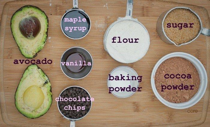 avocado auf brot schmieren oder rezept zum naschen nachtisch mit avocado zubereiten vanille zucker mehl kakao avocado