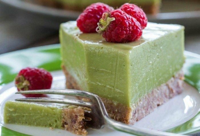 avocado auf brot ideen avocadocreme auf teig aus nüssen und getrocknete früchten himbeeren deko vegane torte