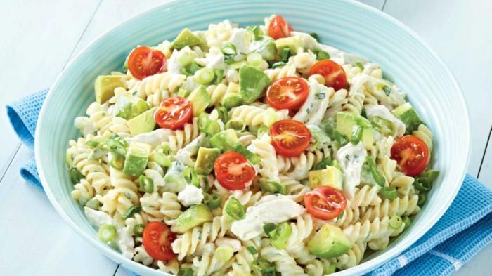 kochen mit avocado fitnesssalat lecker gesund nährwerte gemüse tomaten avocado zwiebel fleisch hänchen