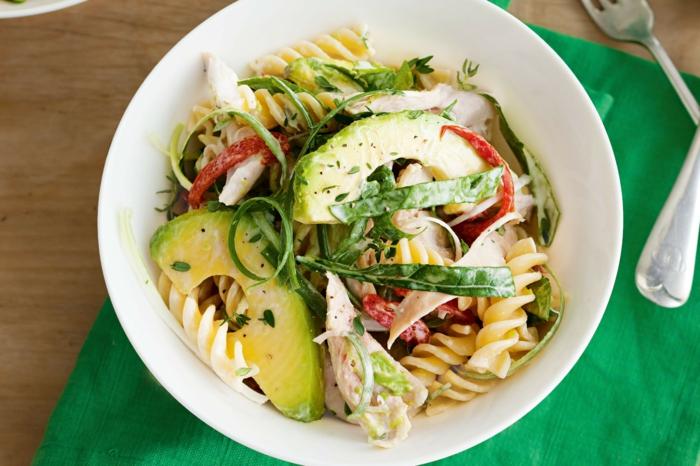 avocado gericht mit gegrilltem fleisch hänchen spinat paprika fusilli pasta italienischer salat mit soße