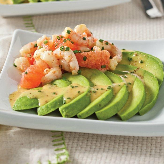 avocado vorspeise idee mit garnellen und spezielle senf-soße-süß kleine frische grüne zwiebel ideen lecker