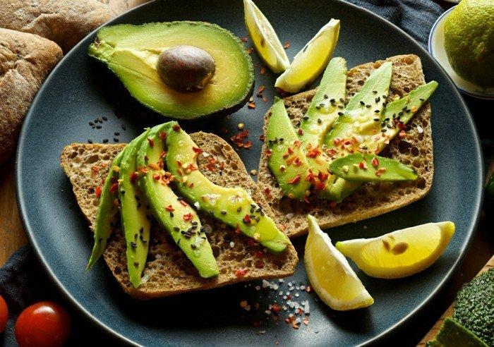 avocado auf brot idee avocadostücke avocadokern zitrone samen gewürze ideen zum frühstück tomaten