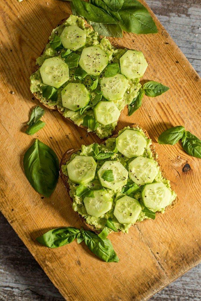 avocado zum frühstück avocadocreme auf brot schmieren gurken rucola blätter gewürze ideen schnell zubereiten