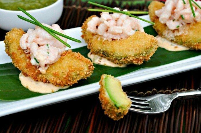 avocadogericht idee avocadostücke frittieren mit garnellen und zwiebel servieren und sahne-chilli-soße