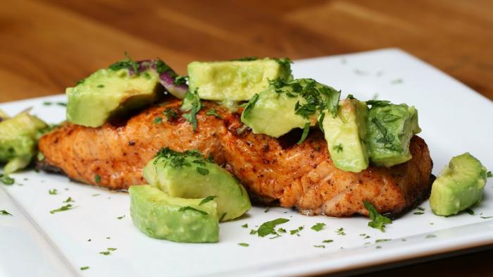 avocado idee zum zubereiten lachs selber kochen und genießen fisch mit avocado kalorienreich gesunde fette