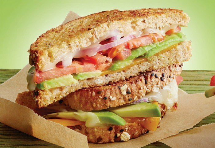 avocado sandwich zum genießen reich an zutaten tomaten zwiebel samen käse zwiebel ideen für die mittagspause