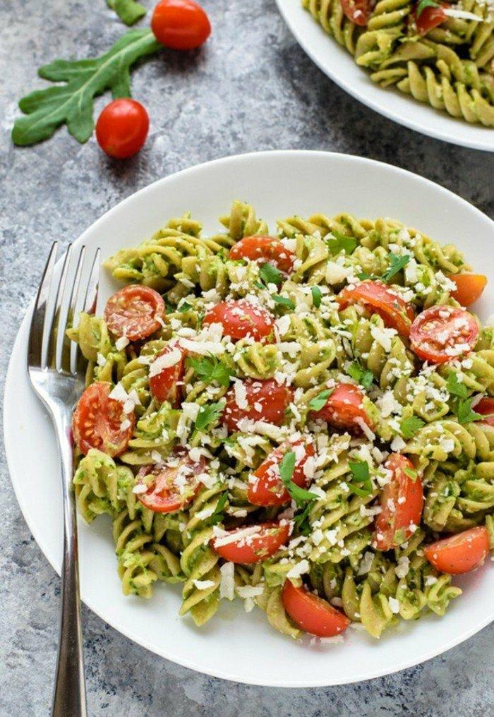avocado passt sehr gut zu pasta mit pesto und tomaten basilikum ruccola avocadocreme leckere speise italienisch