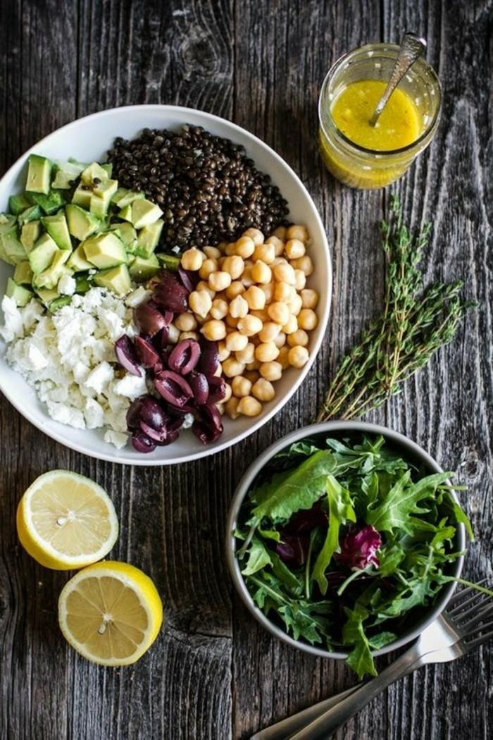 avocado salat mischung aus allen besten produkten oliven käse kichererbsen samen avocado und blattsalat honig-senf-soße