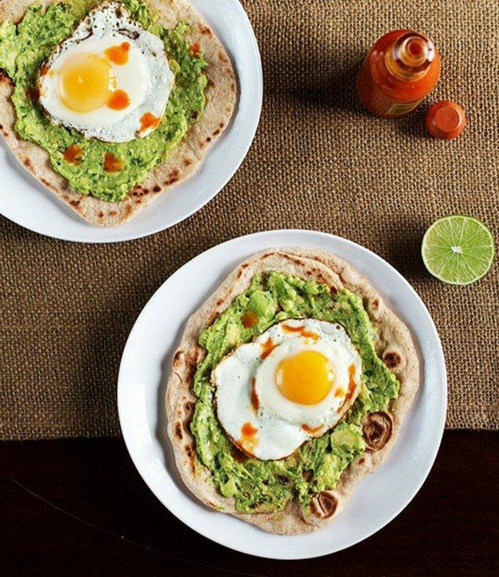 avocado rezepte zum nachmachen ideen dünne dönner brötchen mit avocadocreme und spiegeleier chillisoße limette